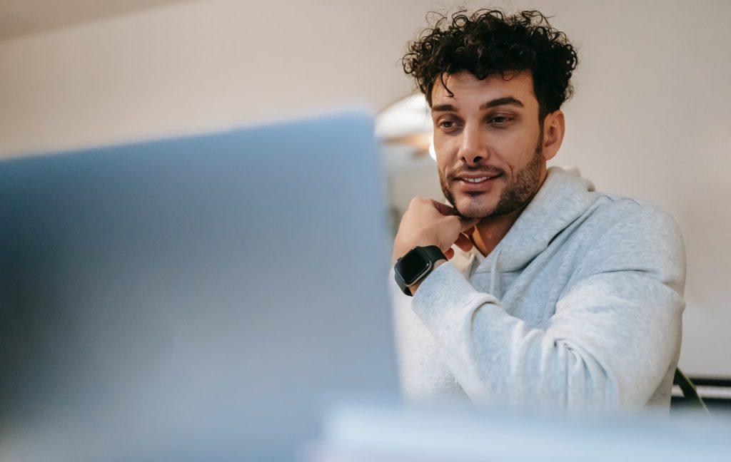 Men look his cumputer